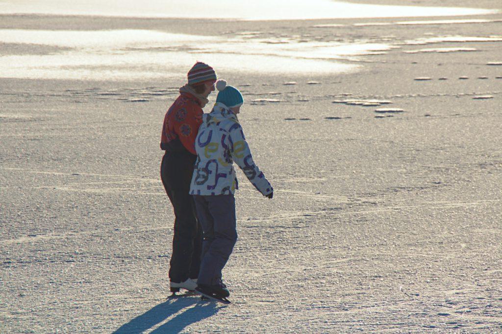 Die Eisfläche auf dem Kleinen Brombachsee lockte Schlittschuhläufer an