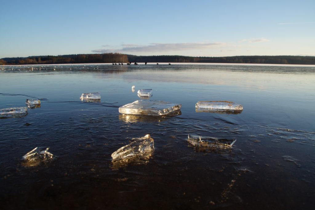 Anhand der Eisschollen erkennt man, dass der See zugefroren ist.