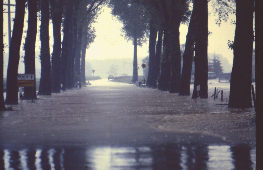 Überschwemmung in Unterwurmbach Ortsausfahrt in Richtung Wald