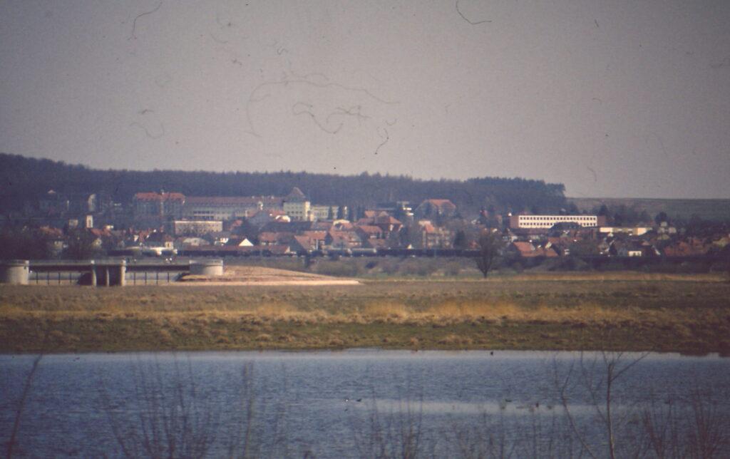 Blick auf das Auslaufbauwerk und auf Gunzenhausen während der Flutung des Altmühlsees
