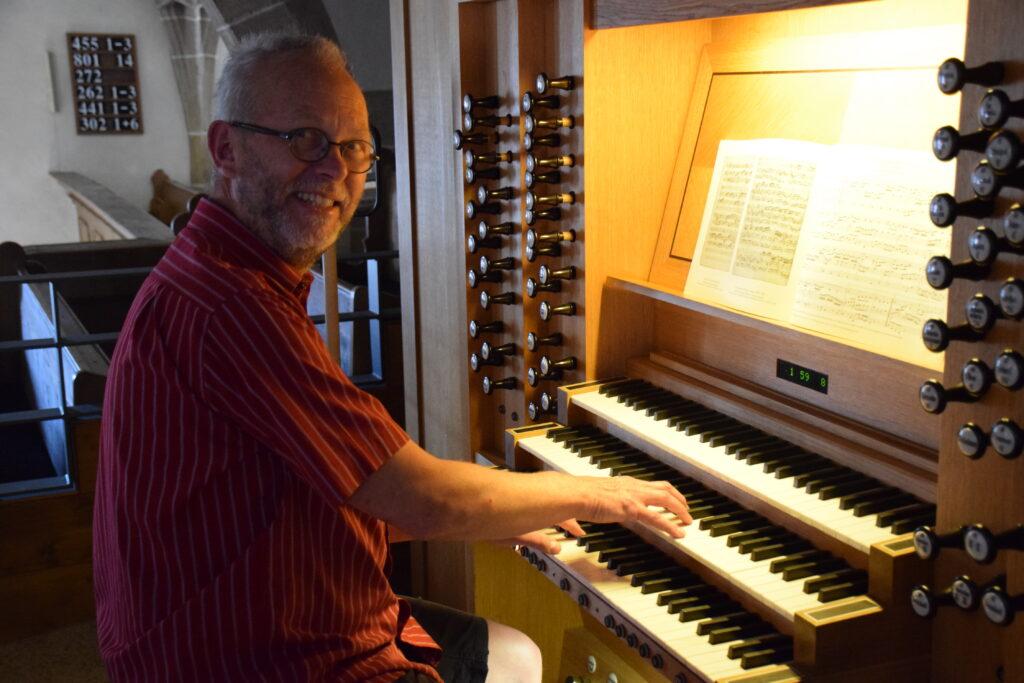 Kirchenmusikdirektor Bernhard Krikkay an der Orgel