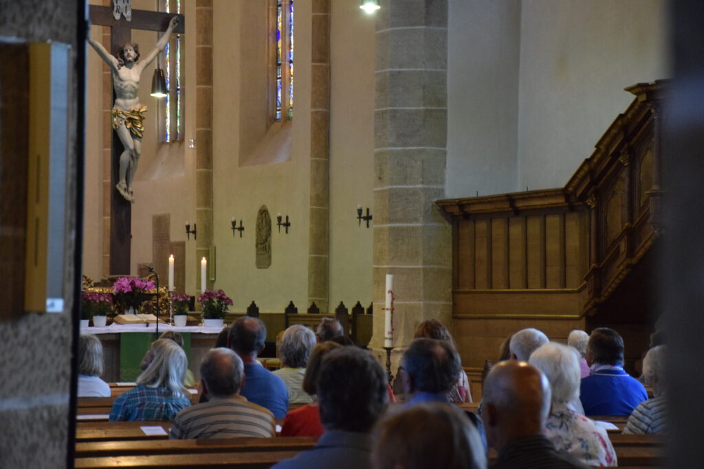 """Voll besetzte Kirche bei der """"Orgelmusik zur Marktzeit"""""""