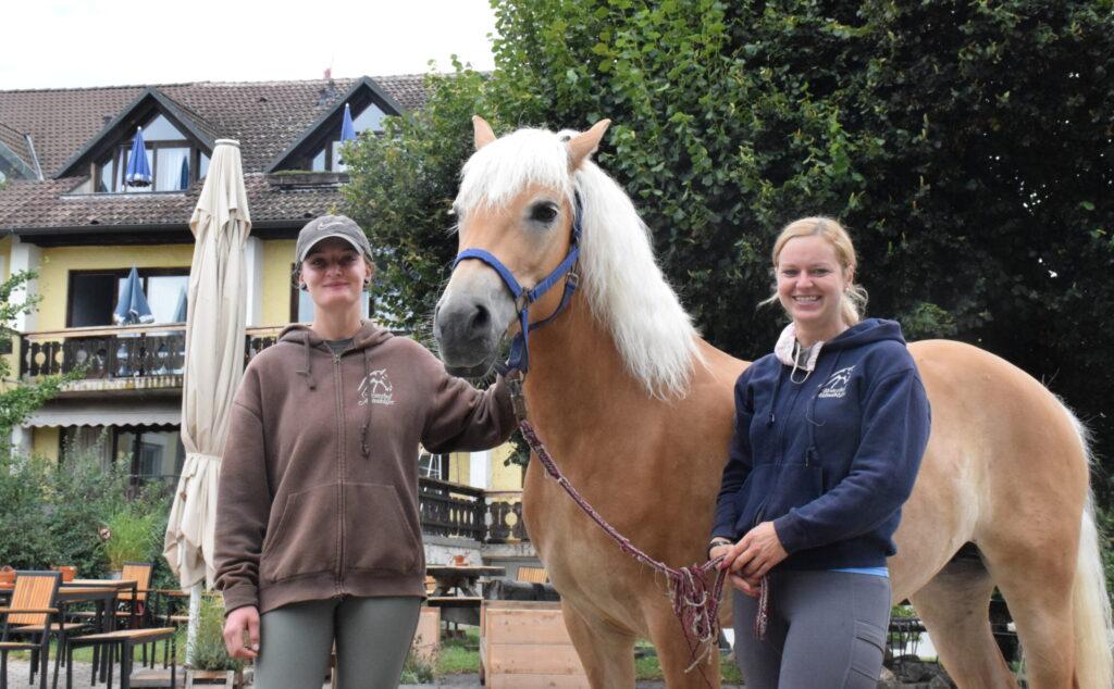 Reitlehrerinnen Kim Schmid (rechts) und Janina Seitz mit Haflingerstute Paula