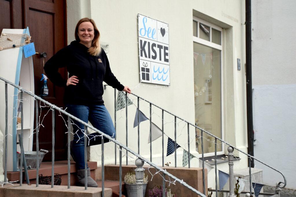 """Jana Roland vor """"ihrer"""" See.Kiste in Gunzenhausen - Foto: Vera Held"""